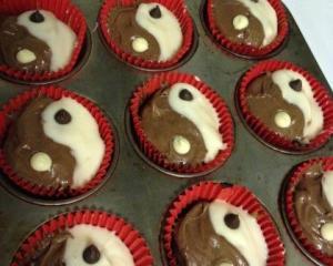 Yin yang cupcake iced web